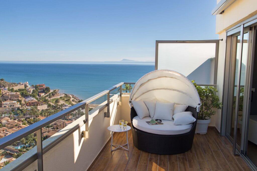 Bed day en terraza de ático con playa de Cap Blanc al fondo