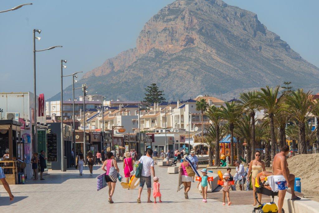 Paseo del Arenal con bañistas y paseantes - Beach houses valencia